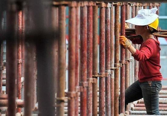 80 后女工人杨亚珊,她是一名架子工和丈夫在同一个工地打工。