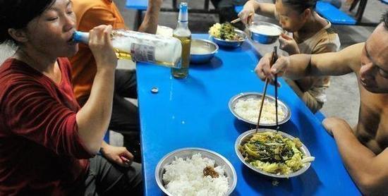 图为杨亚珊和丈夫一起吃饭,夫妻两一天在吃饭上的花销要超过 50 元。