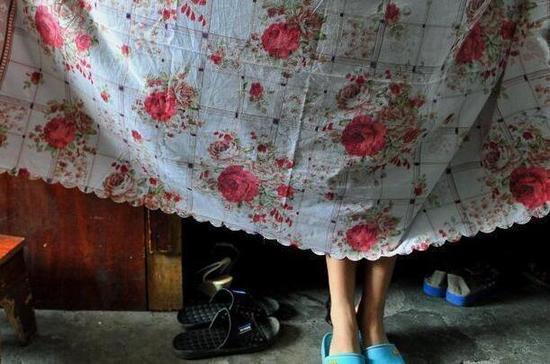 杨亚珊和丈夫在宿舍里的狭小生活空间。