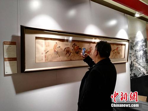 《五王醉归图卷》在拍场展出。中新网记者 宋宇晟 摄