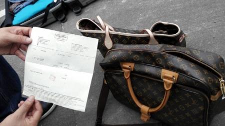 用赃款购买的名牌包包。