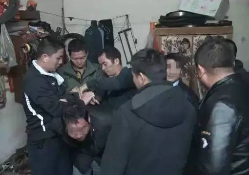 民警捕获犯法怀疑人彭某成。