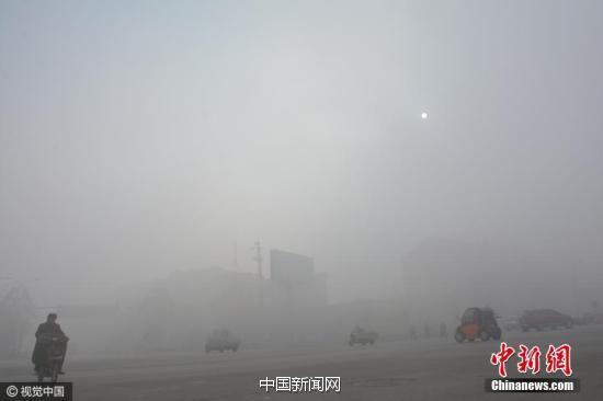 """2016年12月4日10时许,河北省邯郸市肥乡区城区被雾霾""""封锁"""""""