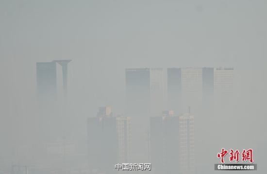 图为石家庄街头,在建楼盘被雾霾笼罩