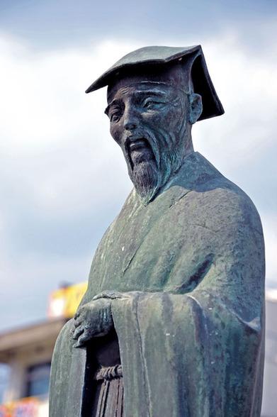水户市内伫立的朱舜水铜像(图片来源人民中国日文版2014年6月吴亦为摄)