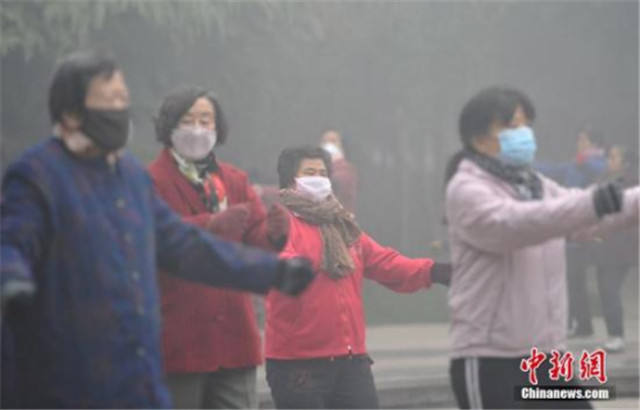 12月4日,河北省气候台在相一起段辨别公布了大雾白色预警信号和霾白色预警信号。