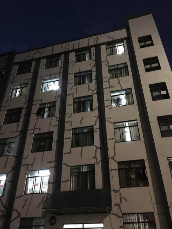 """云南林业职业技术学院一宿舍楼出现大面积裂缝,修补后,墙体留满形似""""绷带""""的痕迹。微博 @直播云南 图"""