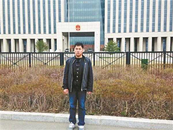 刘忠林来到吉林省高院门口。 本文图片均为北京青年报 图
