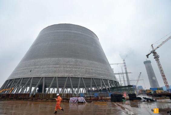 总高度达165米的冷却塔工程于2016年4月份开工,事故发生时已施工完成70多米高,大约25层楼高度。