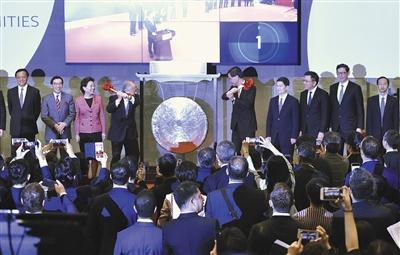 昨天,香港特区行政主座梁振英和港交所主席周松岗独特为当日首笔买卖鸣锣开市。新华社发