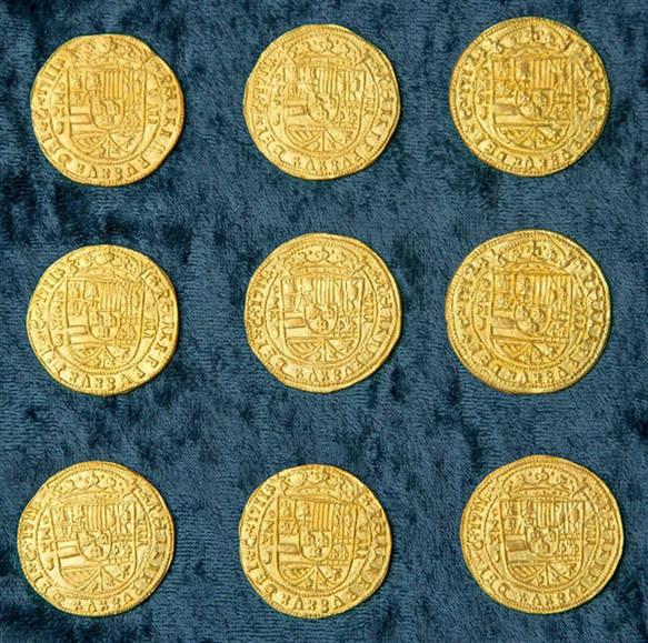原文配图:展出的金币。