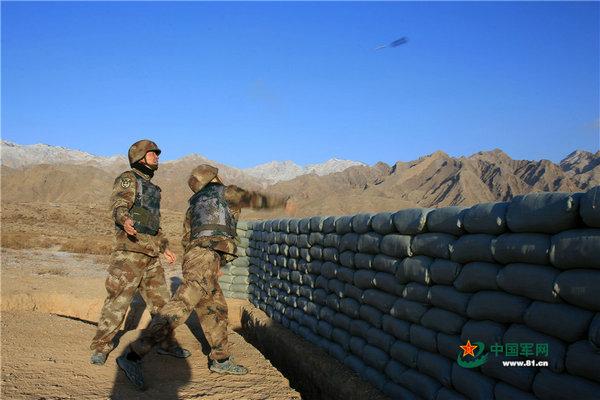 原文配图:新兵进行实弹投掷。