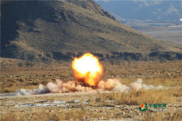 原文配图:手榴弹在目标区域爆炸。