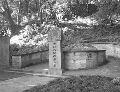 本��旅客�砦骱�玩 把武松墓供桌��做了石凳