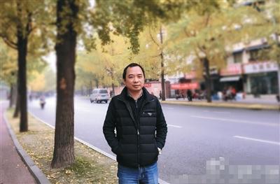 王安发帖晒本人相片以及上万元衣物和高等烟。受访者微博截图