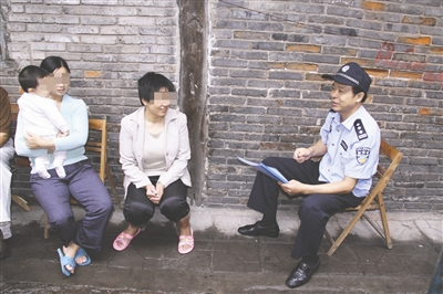 退休前,刘元弟追逃时在群众中走访