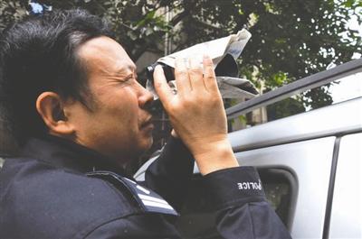 刘元弟退休前用望远镜观察嫌疑人动向
