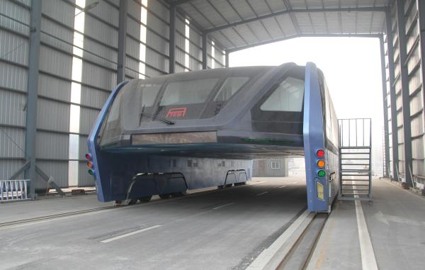 2016年12月3日,河北秦皇岛,北戴河富民路上的巴铁孤伶伶地鹄立在工棚里,车身充满一层厚厚的尘埃。 东方IC 图