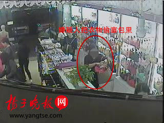 扬子晚报网12月7日讯 克日,南京秦淮警方打掉一个专盯服装店偷衣物的偷盗团伙,4名怀疑人居然都是装扮时髦的妙龄男子,在就逮前,她们曾在福州、南昌、杭州等多地流窜作案。