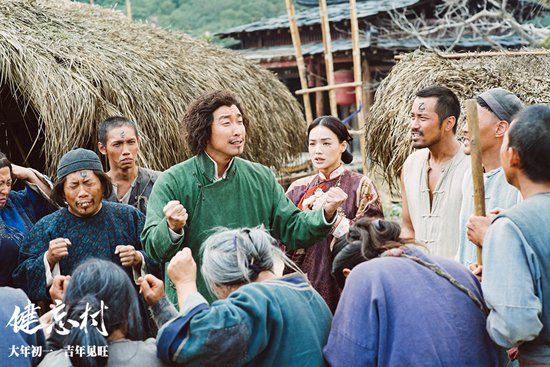 王千源被村民环绕