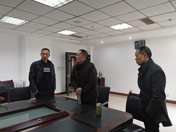 谢国友等股东在南充疆土局办公室期待答复。