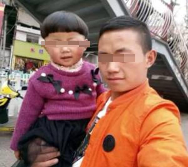 贵州毕节七星关区4岁留守少年小静遭街坊砍断四肢,其爷爷被杀身亡。图中女孩为小静。 家眷供图