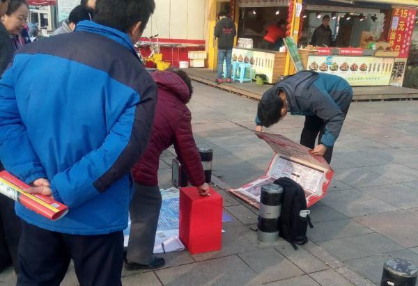 刘大利淄博街头为母筹款。