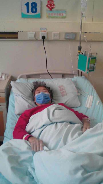 病床上的刘大利母亲。