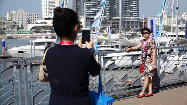 """2002年,王豪富在三亚出资开辟一个新的房地产名目――""""时期海岸""""。就在名目阁下的海疆,有个船埠在做游艇买卖买卖。其时他其实不晓得游艇工业,仅出于过来开快艇的喜好,采办了一艘游艇出海玩耍。"""