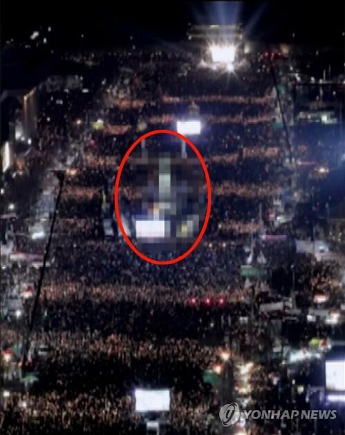之前,朝鲜劳动党机关杂志也报道了韩国烛光集会的有关新闻,使用的照片主要是周边建筑物不突出、对群众进行特写的照片。