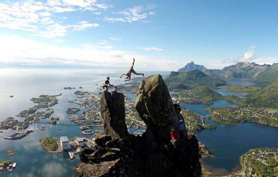 据《每日邮报》报道,挪威一名18岁的男生在高达1200英尺(约365米)的高空中翻跟斗,成功从一座岩石跳到了另一座岩石上,场面十分惊险。