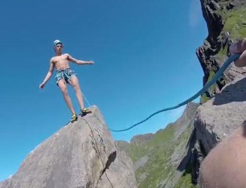 """在翻跟斗之前,布拉吉计划要先试跳一下,但上山之后,看了下周围环境,他和哥哥数了下""""一、二、三!""""就直接跳了。"""