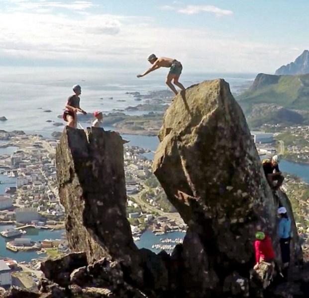 """跳完之后两人都感到十分激动,说""""那是一个极度美妙的时刻""""。图为两人翻跟头所在的地点,即挪威诺尔兰郡沃甘市的一个小镇斯沃尔韦尔,此处是登山爱好者常来的地方。"""