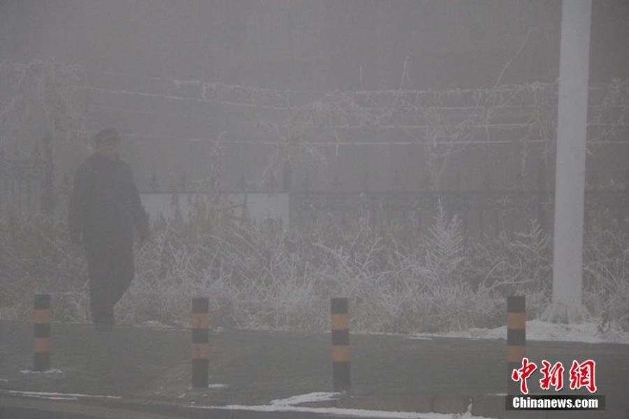 进入12月以来乌鲁木齐多次出现大雾天气,12月9日大雾再次弥漫全城,城区能见度100米。新疆气象局消息称,每年冬季的11月至次年2月为乌鲁木齐的雾季,大雾是因白天气温升高,积雪融化导致空气湿度增大,午后至夜间气温下降水汽凝结而成。19时时许,记者在市区看到大雾弥漫,能见度不足100米,道路上车辆打着雾灯行驶。另从乌鲁木齐国际机场获悉,截至目前,乌鲁木齐国际机场本场冻雾影响,滞留旅客共计4850人。18时,乌鲁木齐市环境保护局发布数据显示城区多个监测点出现严重污染,其中天山区收费所、水磨沟区三十一中、沙依巴克区监测站、高新区铁路局中PM2.5实时浓度均超过250微克/立方米。耿丹丹 摄