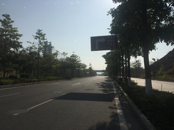 广东情侣骑摩托车未戴头盔遭协警狂追,撞美化带致一死一伤