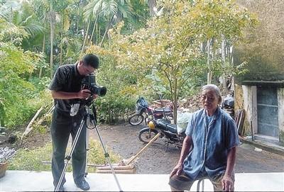 作者李晓方在海南采访受益白叟。受访者供图