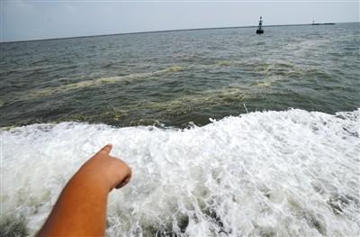 2011年8月26日,渤海天津海域,海面发现浮油油污。