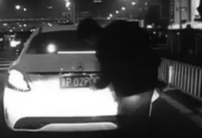 男子在路边更换车牌。警方供图(视频截图)