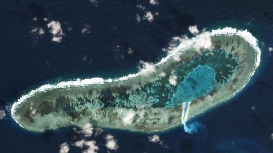 在日积礁海湾与外海之间,已经出现一个新开挖的航道。