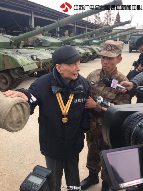 12月11日,94岁高龄、双目失明的抗战老兵钱建民亲手摸到了国产新型坦克