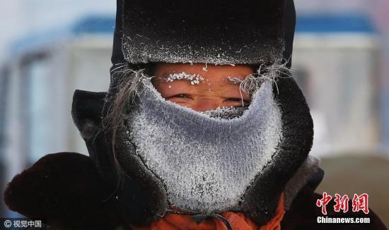 """12月6日,受较强冷空气影响,内蒙古开启了""""急速冰冻""""模式,全区普遍大幅降温,局地气温为零下43.8摄氏度。王伟 摄 视觉中国"""