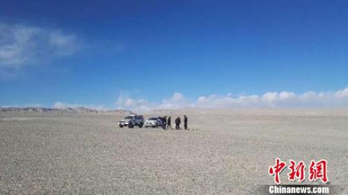图为警方在发现遗骸的大浪滩干盐湖开展调查 钟欣 摄