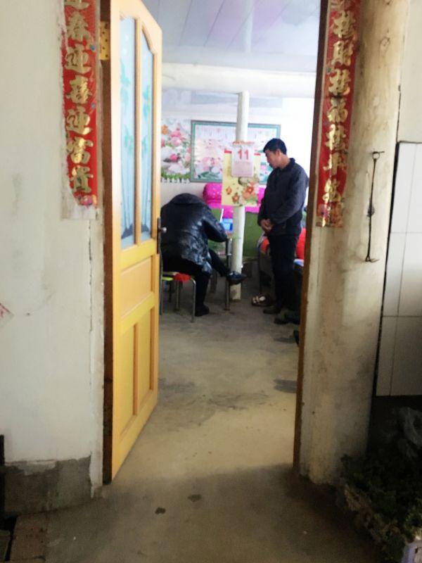 12日下午,自称岫岩县政府派下来的工作组来到鞠忠诚家核实当年其家人遇难情况。