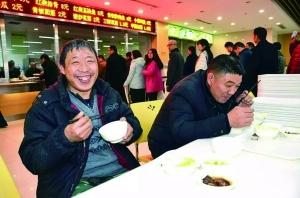 泗阳县政府食堂价格实惠,民工兄弟吃得很满意 通讯员供图