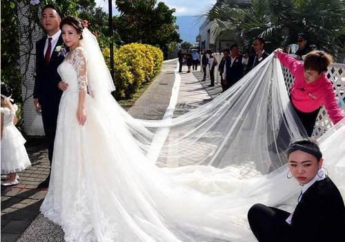 近日,台湾日晖董事长郑越才女儿郑舜文,与养乐多集团第3代王冠智共结连理。父亲郑越才为爱女订制了一个长达6公里的头纱。归宁宴上,头纱由560人挽着绕行各大景区,十分壮观。