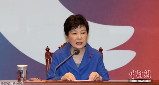 本地时刻12月9日,韩国首尔,韩国国会经过总统弹劾案后,朴槿惠与韩国总理黄教安一同现身,与国务委员会见攀谈。当天,韩国国会表决经过朴槿惠弹劾案,她将被立刻复职,并由总理代行总统职责。