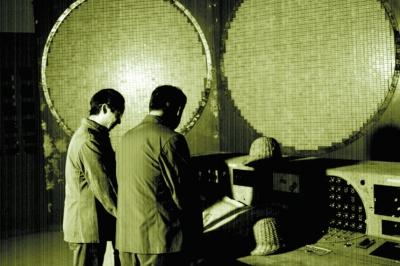 原文配图:科技人员正在安装计算机主体设备。