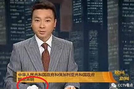 康辉:手缠绷带播新闻