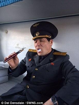 """34岁的Del Dinsdale旅行过境,一名朝鲜警卫搜查他的袋时,发现一支电子烟,最初以为是""""炸弹"""",Del Dinsdale随即解释,并向警卫展示。对方很高兴,并接过手吸一口,Del Dinsdale指该警卫从来没有见过电子烟,询问是否可送他,又为Del Dinsdale介绍其他边防警卫。Del Dinsdale一口答应,并收到朝鲜香烟回礼。"""