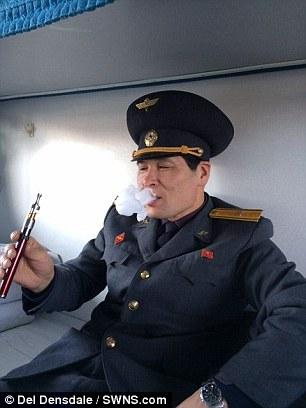 朝鲜边检警卫吸食电子烟吐烟过程。